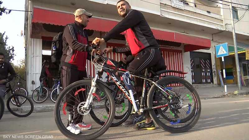 غزة.. رياضيون من ذوي الهمم يتدريون على ركوب الدراجات