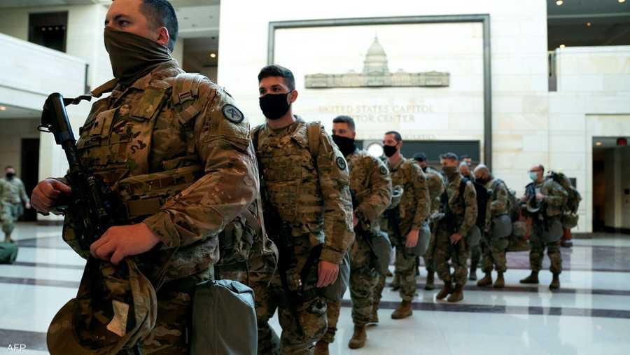 لحظة دخول قوات من الحرس الوطني لمبنى الكونغرس لتأمينه خلال حفل التنصيب