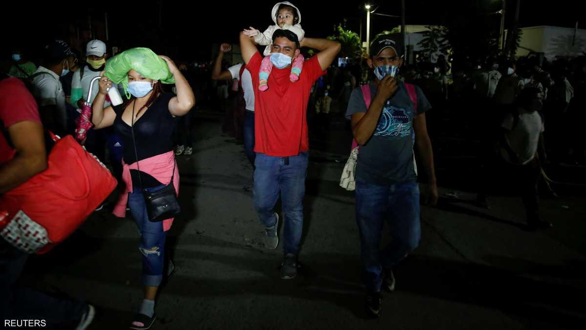 المهاجرون عبروا الحدود سيرا على الأقدام