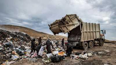 بالصور.. أكوام القمامة مصدر العيش في شمال سوريا
