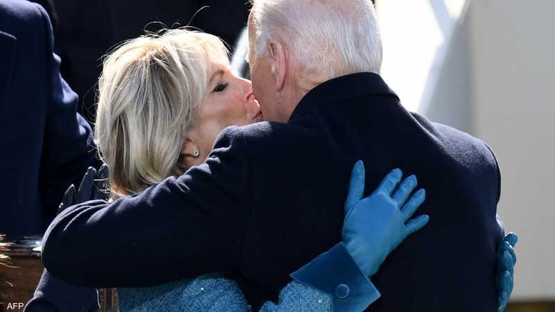 الرئيس الأمريكي جو بايدن يعانق السيدة الأولى جيل بايدن