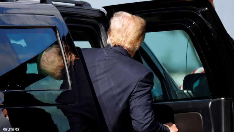 ترامب خلال مغادرته مطار بالم بيتش لمقر إقامته هناك