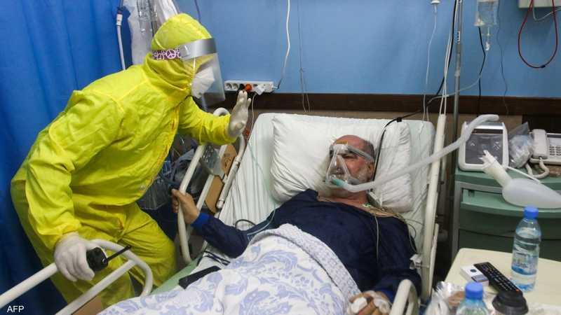أحد مرضى كورونا يخضع للعلاج في مستشفى ببيروت