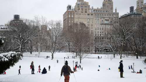 متزلجون يستمتعون بالثلج بعد عاصفة شتوية في مدينة نيويورك
