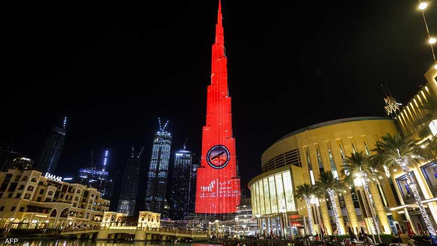 برج خليفة يكتسي باللون الأحمر احتفالا بوصول مسار الأمل
