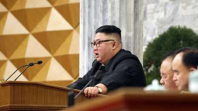 """زعيم كوريا الشمالية يعترف لأول مرة.. وينبه لـ""""مسيرة شاقة"""""""