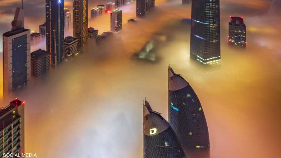 الضباب يلّف عددا من أبرز المعالم في الإمارات.