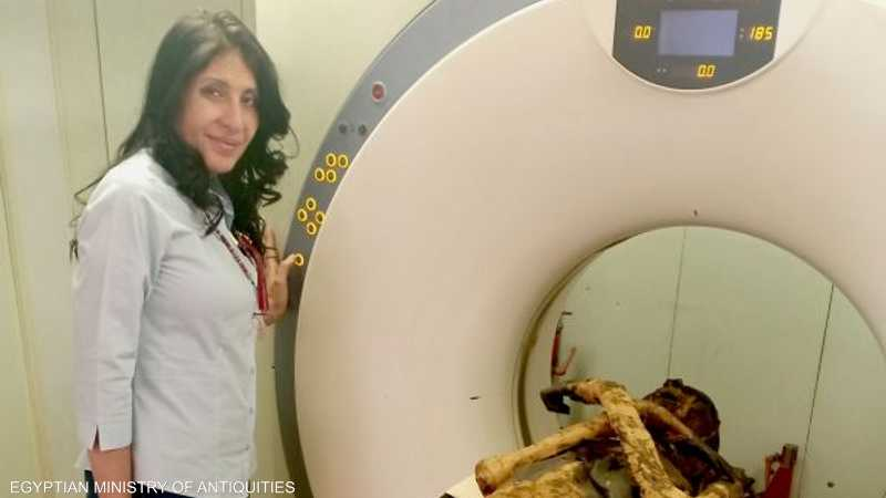 الباحثة سحر سليم أثناء إجراء مسح بالأشعة على الفرعون
