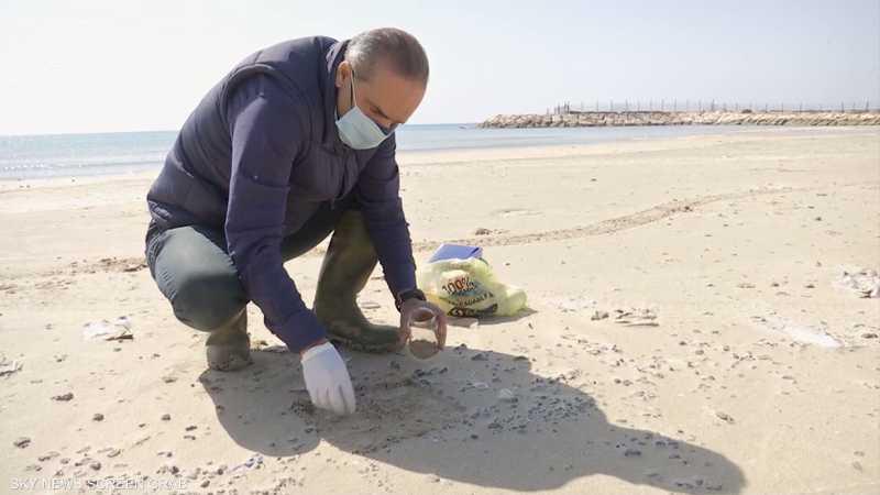 لبنان.. فرق بحثية تسحب عينات من التلوث النفطي على شواطئ صور