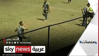 لاعب كرة قدم يقدم مشهدا تمثيليا فاشلا في محاولة لإضاعة الوقت