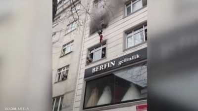 فيديو مؤلم.. أم تلقي أطفالها من النافذة لإنقاذهم من حريق