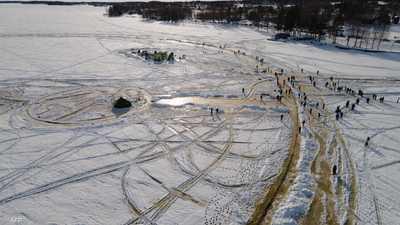 فوق بحيرة.. محاولة لإطلاق أكبر جولة مرح جليدية في العالم
