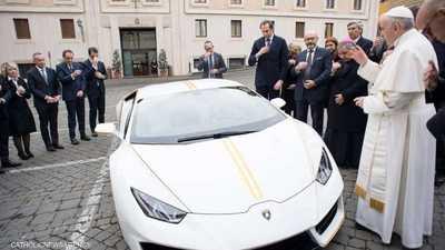 البابا لدى تسلمه سيارة لامبرغيني التي تبرع بها مسؤولو الشركة