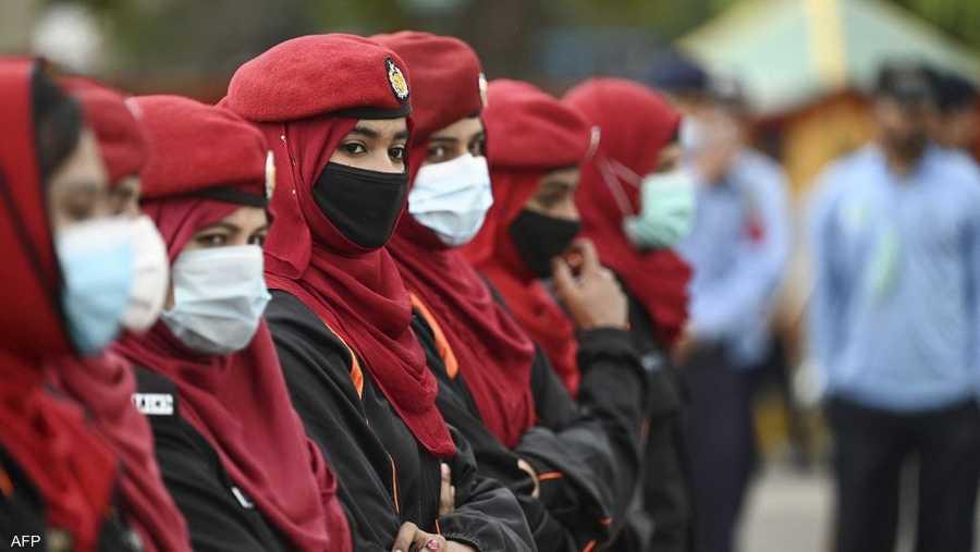 ضابطات شرطة يرافقن ناشطات في اليوم العالمي للمرأة