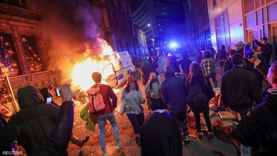 تجمعات كبيرة وحرق لسيارة شرطة