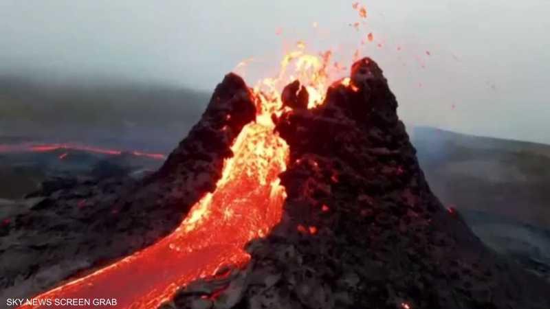 طائرة مسيرة تصور لحظات ثوران بركان في آيسلندا