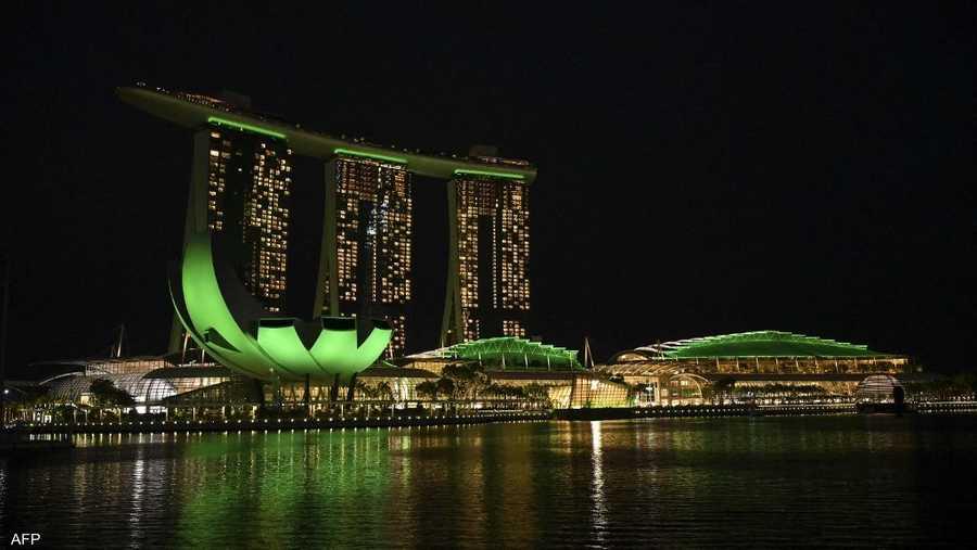 ناطحات السحاب في سنغافورة قبل إطفاء الأنوار.