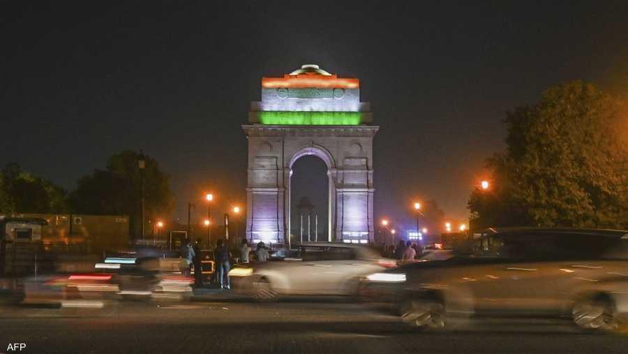 بوابة تاج محل في الهند قبل إطفاء الأضواء.