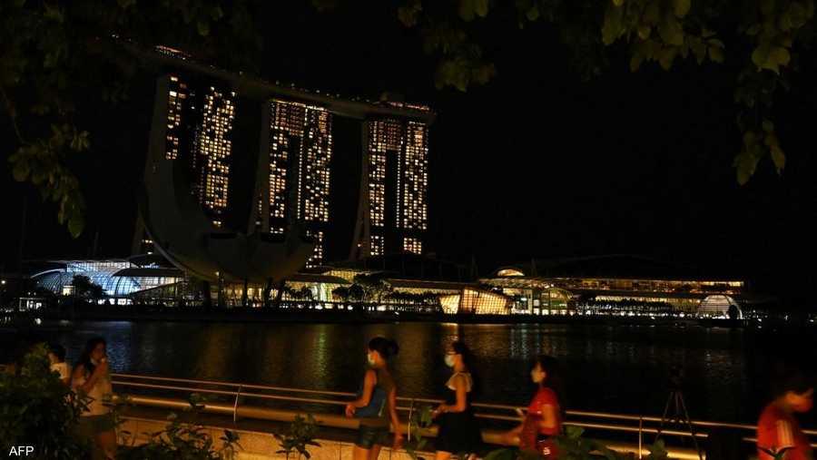 ناطحات السحاب في سنغافورة بعد إطفاء الأنوار.
