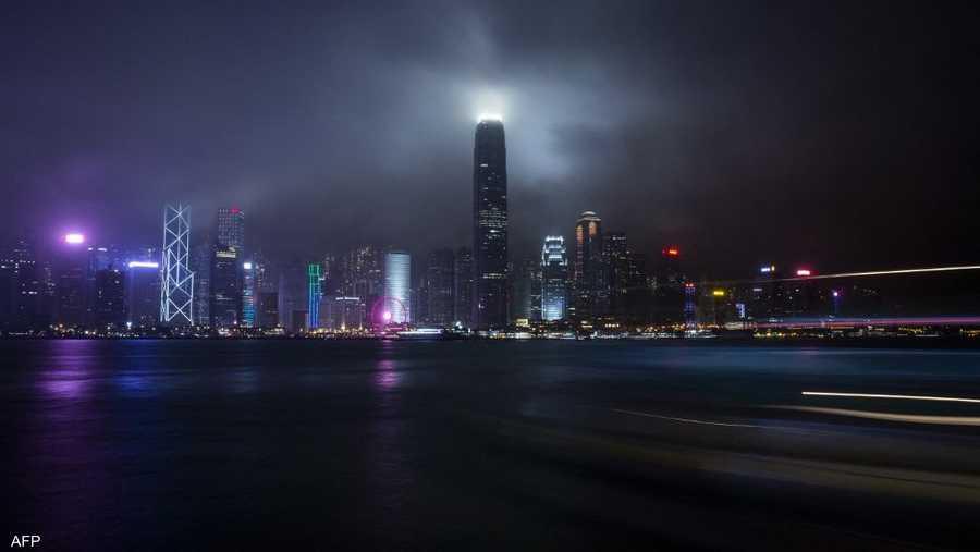ناطحات السحاب في هونغ كونغ قبل إطفاء الأضواء.