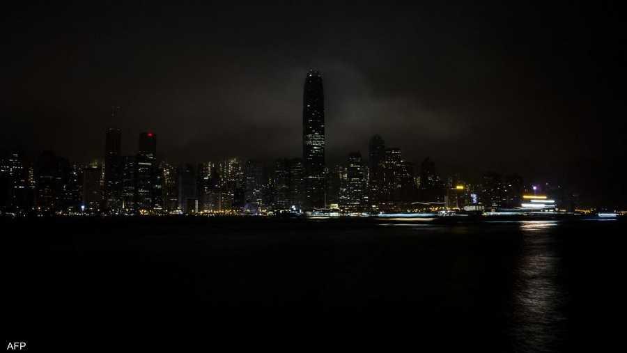 ناطحات السحاب في هونغ كونغ بعد إطفاء الأضواء.