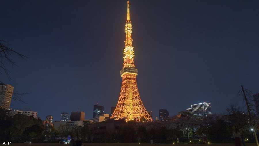 برج طوكيو في اليابان قبل إطفاء الأضواء.