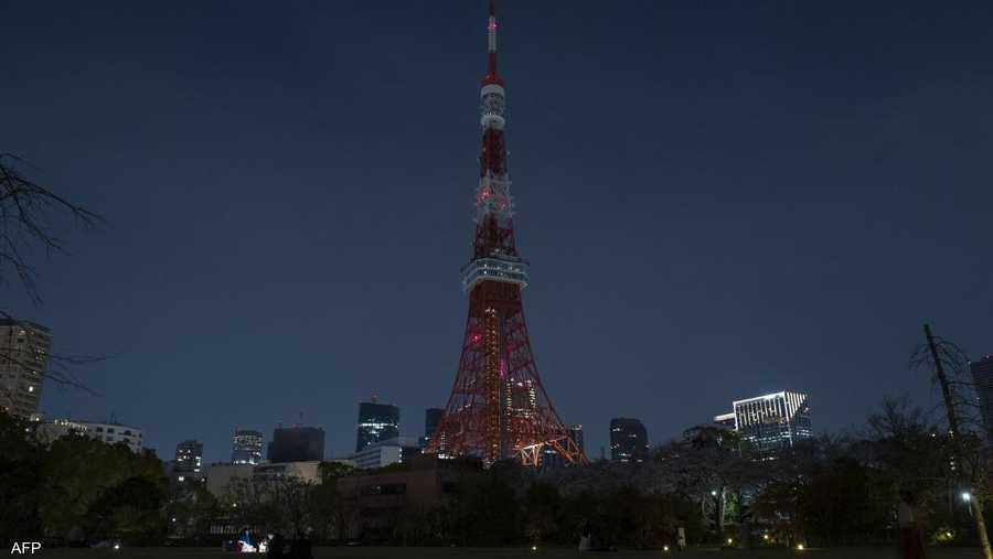 برج طوكيو في اليابان بعد إطفاء الأضواء.