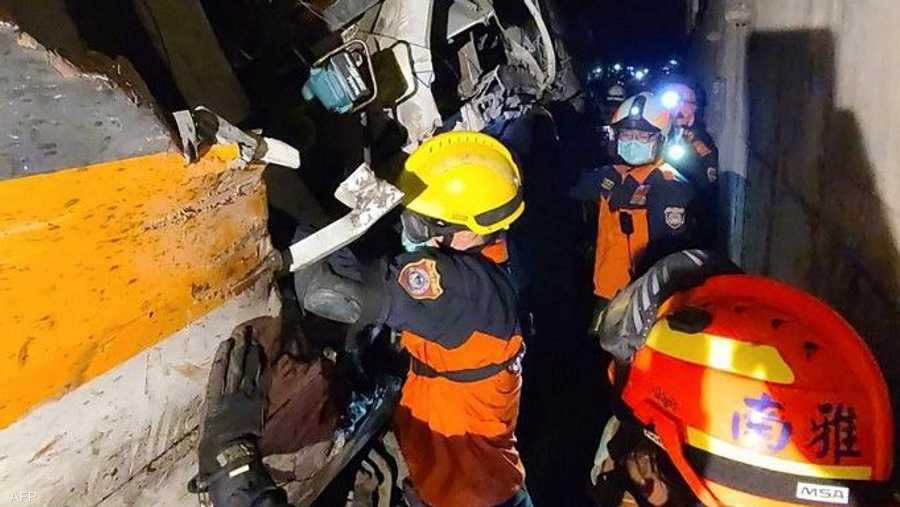 """رجال الإنقاذ يبحثون في العربات المحطمة عن """"عدة أشخاص"""" قد يكونون عالقين"""