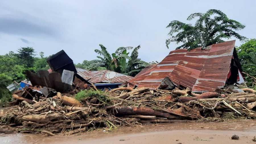 تسببت الأمطار الغزيرة جدا في الأيام الأخيرة بفيضانات وانزلاقات تربة جرفت منازل أحيانا