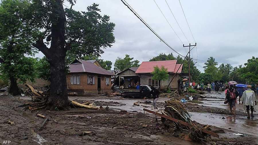 طمرت الوحول الكثير من المنازل والطرقات والجسور واقتلعت أشجار