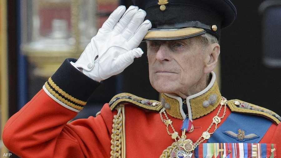 الأمير فيليب يحيي القوات وهي تتجول أمام قصر باكنغهام