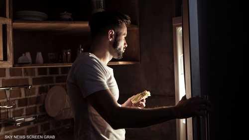 دراسة: تناول وجبات غير صحية ليلًا يضر بإنتاجية الموظف