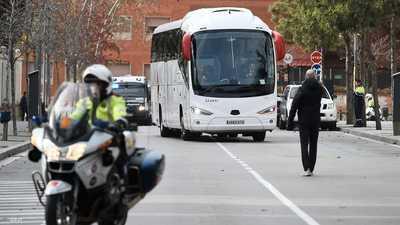 بالفيديو.. تحطيم زجاج حافلة ريال مدريد عند وصولها أنفيلد