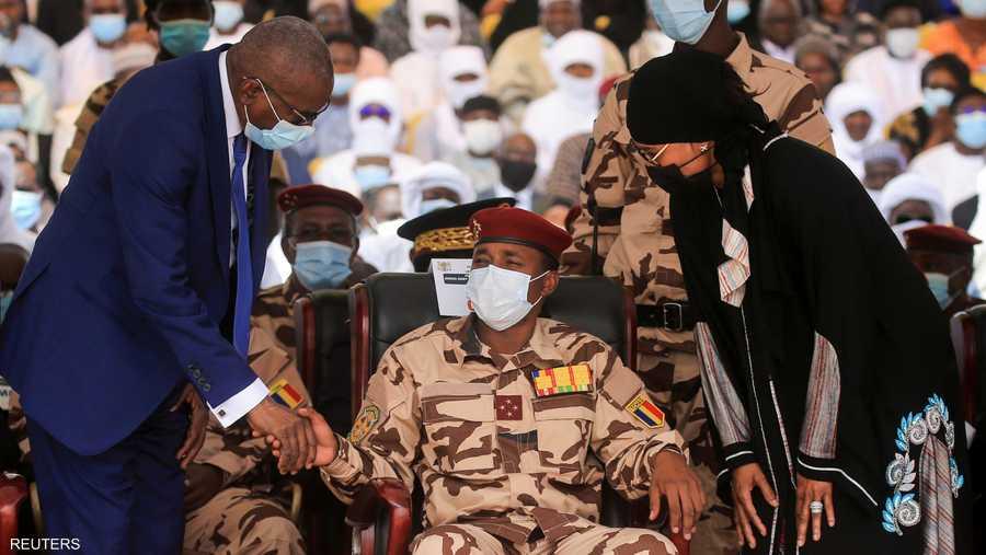محمد ديبي نجل الرئيس الراحل أثناء الجنازة