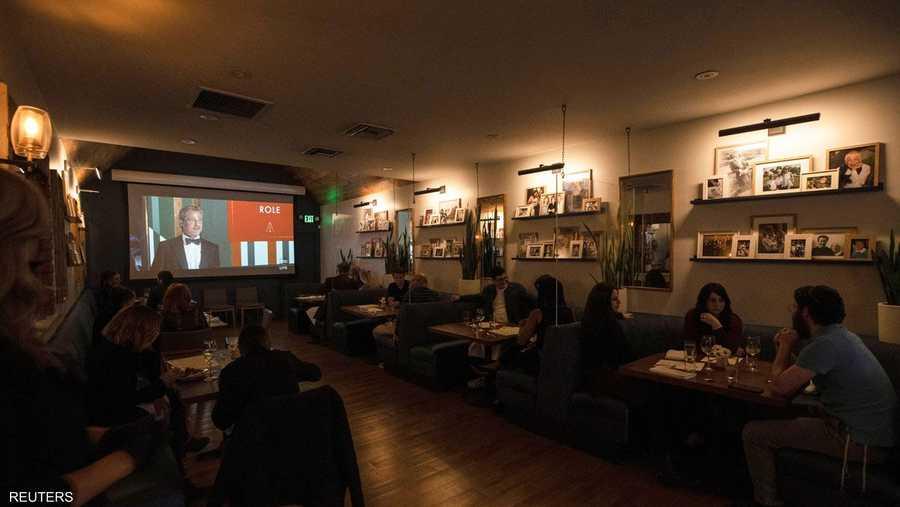 رواد أحد مطاعم لوس أنجلوس يشاهدون حفل الأوسكار.