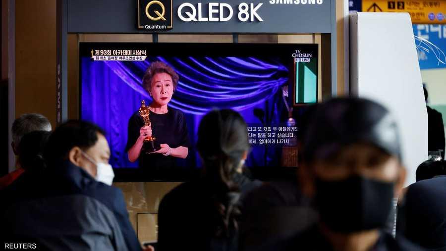 الجمهور في سيول بكوريا الجنوبية، يشاهد تقريرا عن فوز يون يوه جونغ بجائزة أوسكار أفضل ممثلة مساعدة.