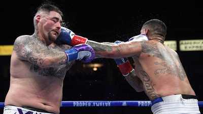 بالفيديو.. نزال ملاكمة يتحول إلى معارك بالأيدي بين الجماهير