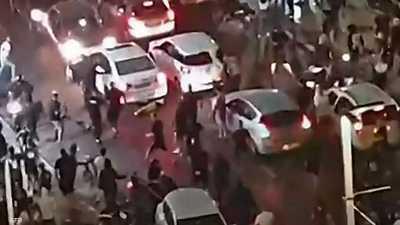 """فيديو مرعب.. """"سحق"""" رجل قرب تل أبيب والرئيس يحذر من حرب أهلية"""