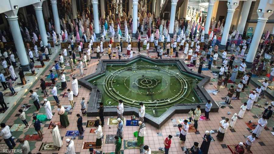 صلاة العيد في المسجد الأكبر بمدينة سورابايا بإندونيسيا