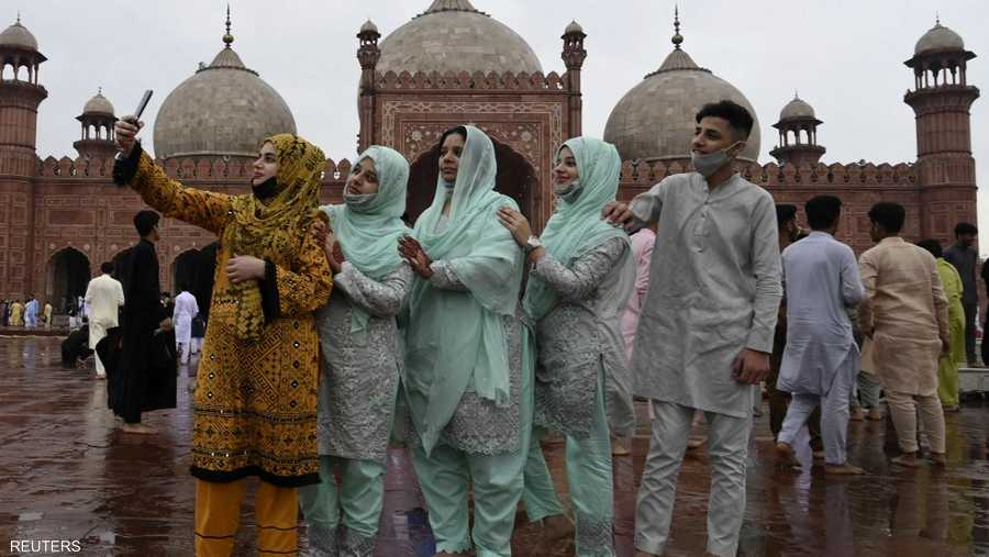 احتفال المسلمين بصلاة العيد في مسجد باد شاهي في لاهور