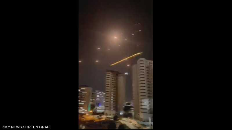 """بين """"القبة"""" والصواريخ.. معركة تضيء سماء تل أبيب"""