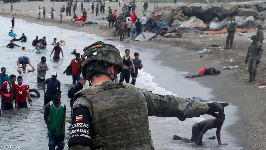 جندي يواجه الوافدين