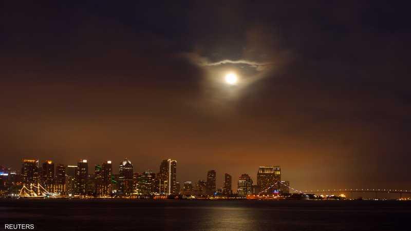 القمر العملاق ينير مدينة سان دييغو الأميركية