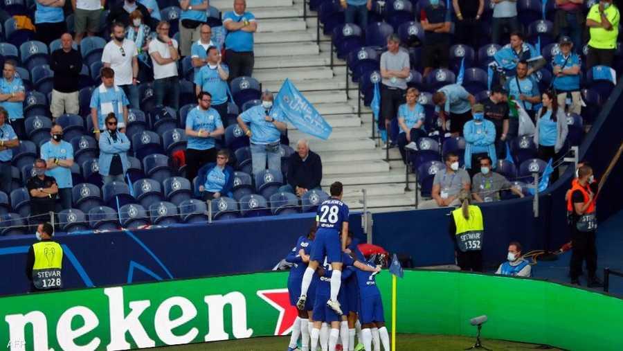 لاعبو تشلسي يحتفلون بالهدف الوحيد أمام جماهير مانشستر سيتي