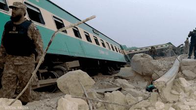 بالصور والفيديو.. عشرات القتلى في حادث تصادم قطارين بباكستان