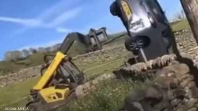 فيديو لمزارع غاضب يحطم سيارة باستخدام جرافة.. ما القصة؟