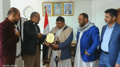 ممثل حماس بصنعاء يكرم الحوثي.. ومنتقدون: طعنة للدول العربية