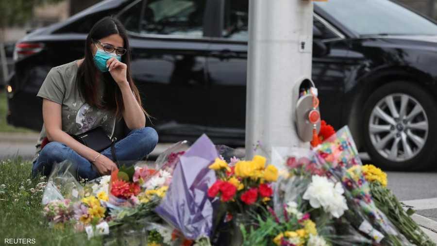 فتاة تجلس متأثرة بالهجوم العنصري الذي راح ضحيته 4 أشخاص