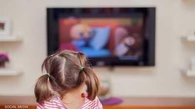 مشاهدة التلفزيون أثناء تناول الطعام.. الأطفال يدفعون الثمن