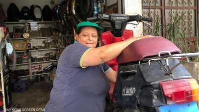 اللبنانية سميرة كنعان.. نصف قرن في صيانة الدراجات النارية